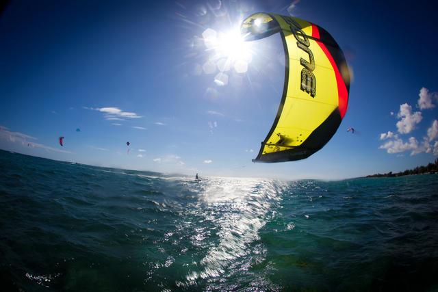 kite surfing - free lerssons- kiteboarding cairns australia